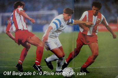 Dragan Stojkovic se interna entre dos compatriotas suyos del Estrella Roja en la final de la Copa de Campeones 1990-1991 (Foto: om4ever.com)