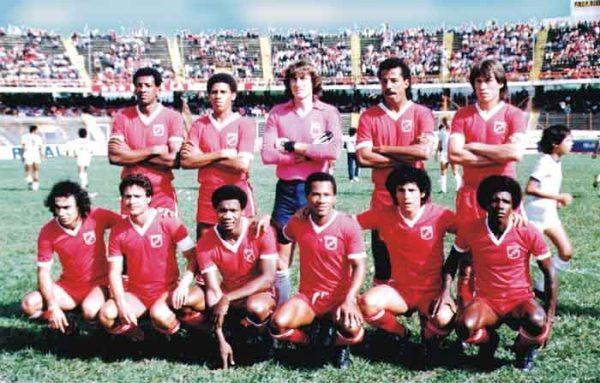 Formación del América en 1984 con Guillermo La Rosa y César Cueto -tercero y quinto de los hincados, desde la izquierda- en sus filas (Foto: dimayor.com.co)