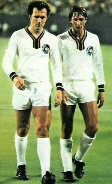 Beckenbauer y Cruyff en uno de los amistosos jugados por el Cosmos, con el holandés como refuerzo, en 1978 (Foto: nasljerseys.com)