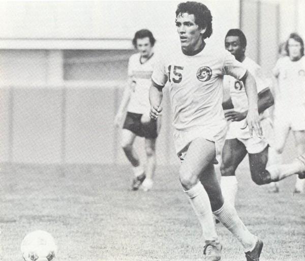Mifflin en acción con la divisa del Cosmos. Pelé aparece al fondo (Foto: nasljerseys.com)
