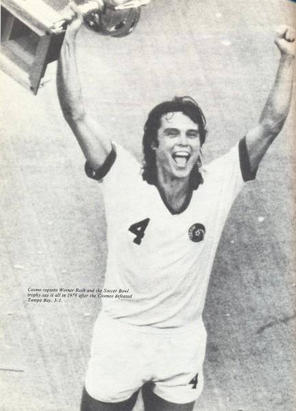 Werner Roth, el símbolo más 'local' del Cosmos (era yugoslavo-estadounidense) con la copa del bicampeonato en 1978 luego de derrotar al Tampa Bay Rowdies (Foto: nasljerseys.com)