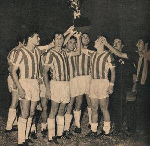 La escena que se repitió siempre a finales de los '60: el 'Doctor' Bilardo y compañía con la Copa alzada (Foto: taringa.net)
