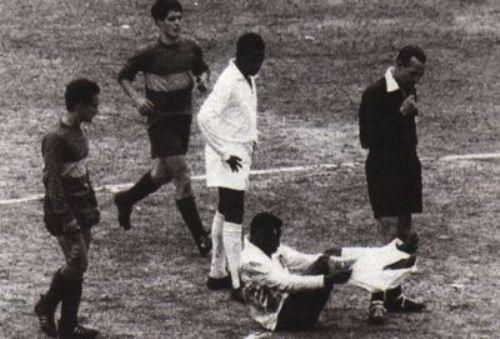Pelé fue duramente maltratado por la zaga boquense en 'La Bombonera' (Foto: la-redo.net)