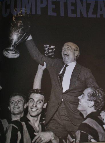 El presidente Angelo Moratti -padre de Massimo, el actual mandamás- con la 'Orejona' de 1964 (Recorte: oleole.com)