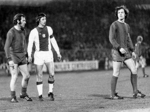 El duelo de Beckenbauer con Cruyff también fue intenso a nivel de clubes. Acá tercia en la escena también Franz Roth, otro gran delantero de aquel maravilloso Bayern (Foto: br.online.de)
