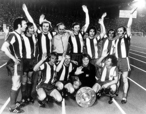 Con el escudo de la Bundesliga, ganado de la mano de Otto Lattek, quien posa con el grupo (Foto: focus.de)