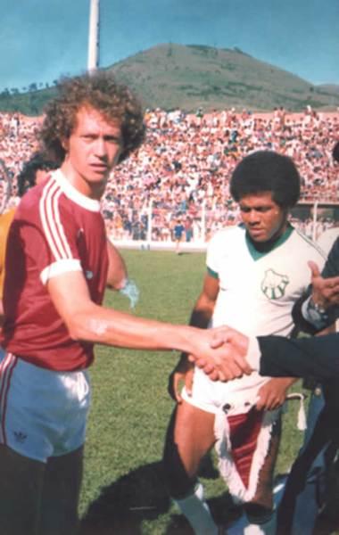 Falcao, gran figura del Inter multicampeón en los setenta, previo al inicio del partido ante el Caldense, por la segunda fase del Brasileirao 1979 (Foto: antigo.miltonneves.com.br)