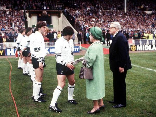 El tradicional saludo a la Reina en la Final de la Copa FA. En la imagen, Steve Perryman, capitan del Tottenham en la final de 1982 (Foto: AFP)