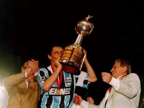 Gremio levanta por todo lo alto la Copa Libertadores 1995, el segundo trofeo continental en todo su palmarés (Foto: imortalsonho.blogspot.com)