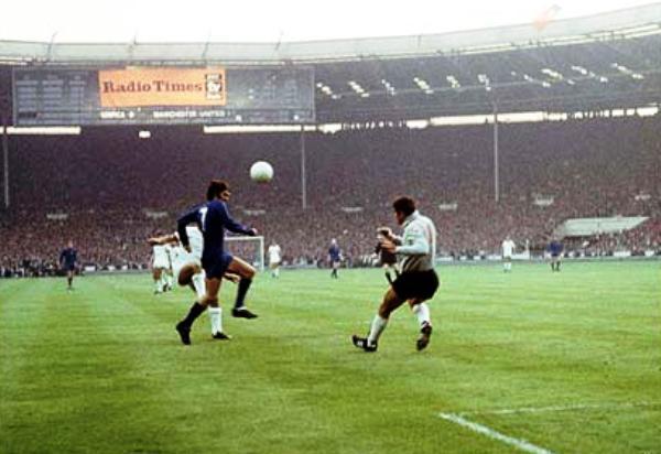George Best haciendo de las suyas en el duelo ante Real Madrid, por las semifinales de aquel torneo (Foto: PA)