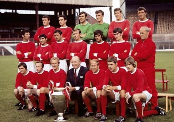 Con Matt Busby frente a la 'Orejona', el plantel de Manchester United campeón de la Copa de Europa 1967/1968 posa para la posteridad (Foto: PA)