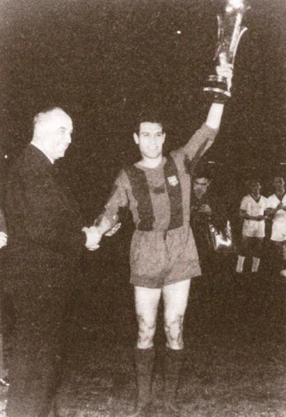 Segarra con la Copa en alto luego de la victoria sobre el Birmingham en 1960. (Foto: europaenjuego.wordpress.com)