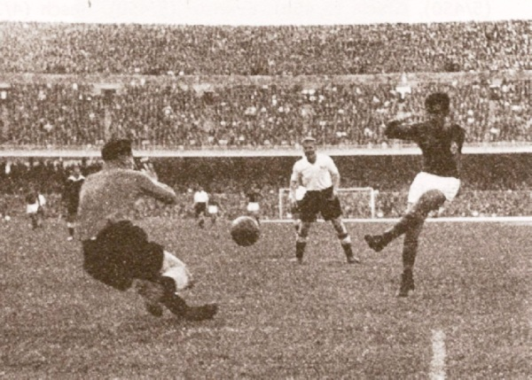 Gol del paraguayo - español Martínez al Londres XI en la final de 1958. (Foto: europaenjuego.wordpress.com)
