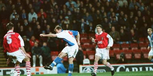 Alan Shearer en plena ejecución frente a Arsenal, por la temporada 1994/1995. Aquella vez Blackburn ganó por 3-1 (Foto:mirrorfootball.co.uk)