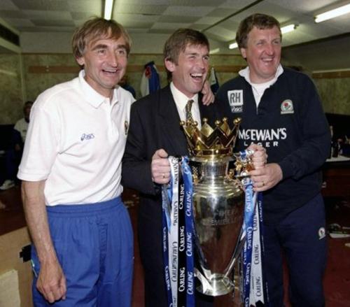 Kenny Dalgish y su comando técnico que rompió esquemas en la temporada 1994/1995 con el Blackburn Rovers (Foto: dailymail.co.uk)