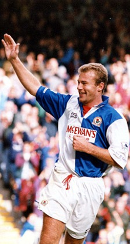 Alan Shearer en todo su explendor. El atacante se cansó de hacer goles en aquella edición de la Premier League inglesa (Foto: dailymail.co.uk)