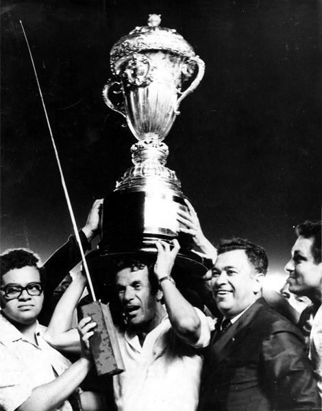La Copa del Brasileirao en las manos de Telé Santana luego de alcanzar su primer título (Foto: D.A Press)