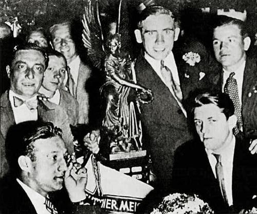 Una imagen con el técnico campeón, Richard 'Dombi' Kohn, el capitán Konrad Heidkamp y Oskar Rohr, todos al medio. Agachado está otro miembro del equipo: Siegmund Haringer (Foto: br.de)