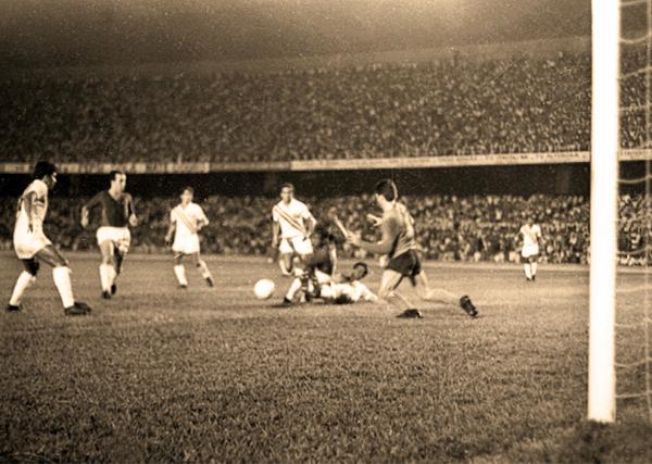 Un ataque de Cruzeiro con Tostao y Evaldo a la cabeza en el partido de vuelta ante Fluminense en la etapa previa a la final (Foto: associados.cruzeiro.com.br)
