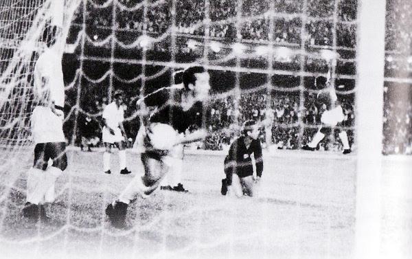 Tostao celebra su gol dentro del arco de Santos en la goleada que recibió el equipo de Pelé en el partido de ida por la final (Foto: celiopegoraro.com)
