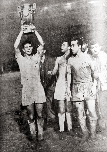 Piazza, Hilton Oliveira y Tostao con el trofeo que proclamó a Cruzeiro como campeón brasileño (Foto: variedades.com)