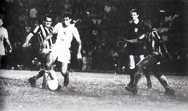 Wilson Piazza se lleva el balón ante la presión de Zito y con Pelé presto a cortar la acción durante el partido de vuelta que definió el título a favor de Cruzeiro (Foto: atleticoxcruzeiroraridades.com)