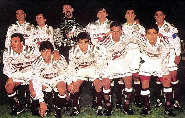 Lanús con la camiseta alterna que empleó durante la temporada 1996 (Recorte: revista El Gráfico)