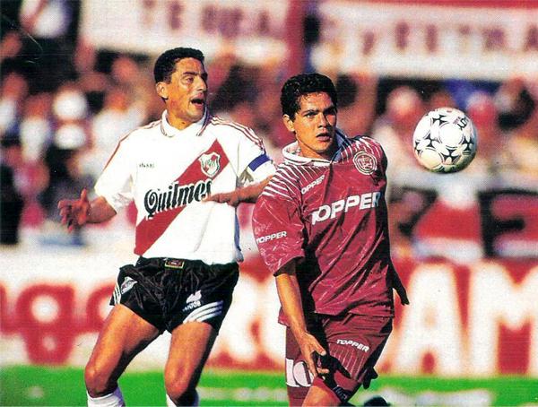 Lanús mantuvo el paso en el Torneo Apertura superando a River Plate, tal como en esta jugada entre Hernán Díaz y Hugo Morales (Recorte: revista El Gráfico)