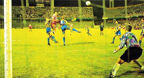 El golpe de cabeza de Juan José Serrizuela terminó superando al 'Pato' Abbondanzieri en el partido de vuelta ante Central (Recorte: revista El Gráfico)