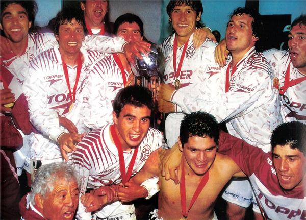 La Copa Conmebol ya en el vestuario de Lanús que en Colombia obtuvo su primer trofeo internacional (Recorte: revista El Gráfico)