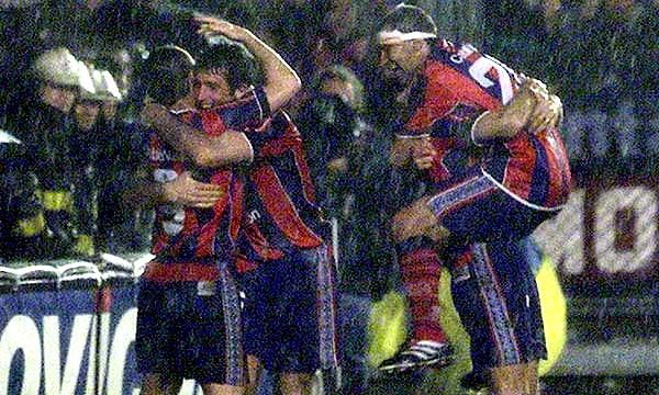 Con este festejo de Diego Capria en una noche lluviosa ante Boca Juniors, San Lorenzo llegó a una cifra record: 13 triunfos consecutivos (Foto: somoscuervo.com)