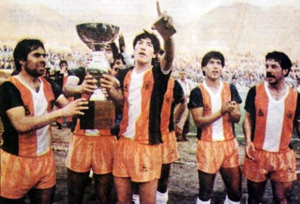 Iván Zamorano en su primer gran momento estelar dentro del fútbol, con la Copa Chile de 1987 en la mano (Foto: chile.as.com)