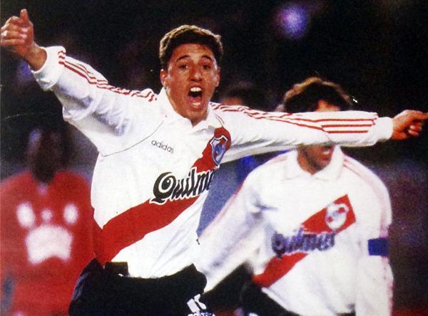 Crespo y su grito desde el alma tras su segundo gol a América de Cali en la final de la Libertadores 1996. (Foto: revista El Gráfico)