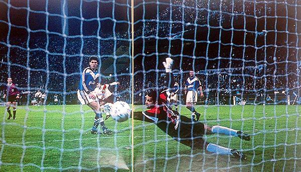 Francescoli y su noche mágica en Liniers para ganar el Clausura 1997. Acá anota uno de sus goles en el pórtico de Chilavert. (Foto: revista El Gráfico)
