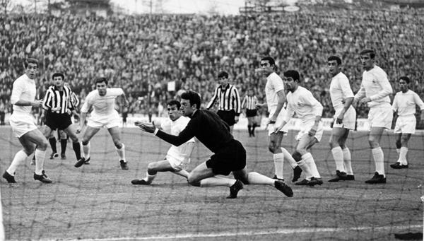 José Araquistáin, arquero del Madrid, observa cómo el peligro se cierne sobre su arco ante un ataque del Partizan (Foto: uefa.com)