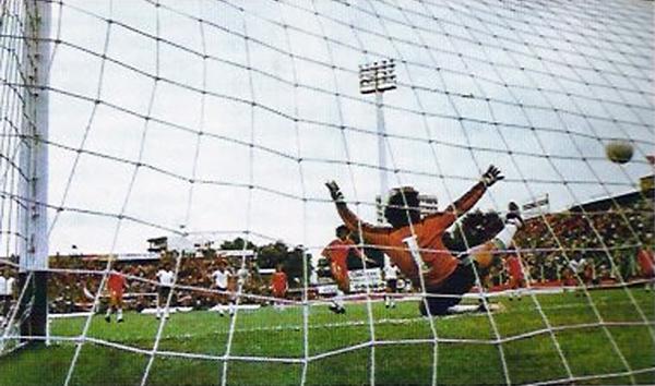 La primera gran postal de la historia de títulos de Argentinos: el gol de penal de Jorge Olguín con el que Argentinos campeonó venciendo a Temperley. (Foto: efemeridesdeportivas.blogspot.pe)