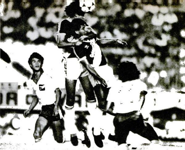 Claudio Borghi observa la confusión entre dos defensas de Vasco al despejar el balón durante el primer triunfo de Argentinos en la Libertadores . El 'Bichi' fue la gran novedad entre los refuerzoa llegados al club. (Recorte: Placar)