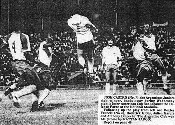 El 'Pepe' Castro da un salto en el estadio Hasely Crawford de Trinidad y Tobago, donde Argentinos ganó la Interamericana. (Foto: teacordasbicho.blogspot.com)
