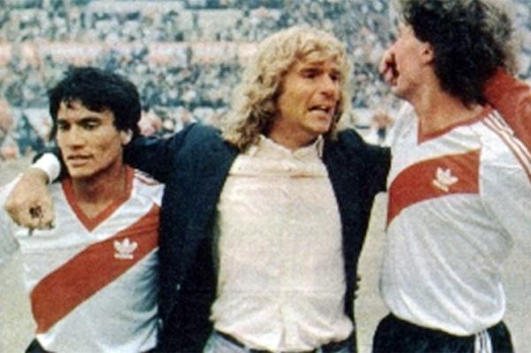 Héctor Veira celebra la victoria entre el 'Negro' Enrique y Óscar Ruggeri (Foto: lamaquinaradio.com.ar)