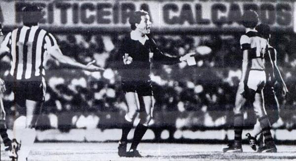 Con tarjeta en mano, el árbitro José Wright aplicó cinco expulsiones que al final le dieron la clasificación a Flamengo por sobre Atlético Mineiro (Recorte: revista Placar)
