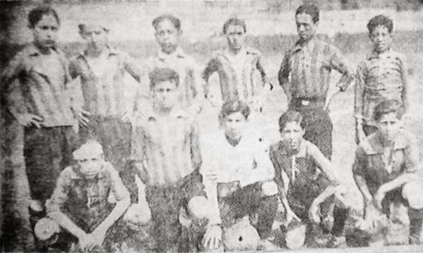 Alineacion de un equipo juvenil de Sport Boys que en 1929 jugó con una camiseta a rayas que podría ser la de colores amarillo y rojo (Recorte: diario El Comercio)