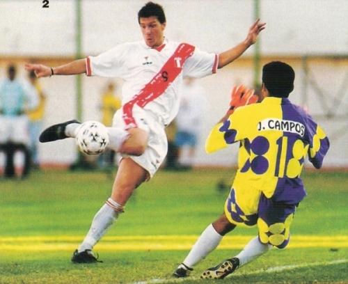 Remata Maestri y le revienta el balón en el cuerpo a Campos. El delantero fue más fustigado que jamás aquella tarde (Foto: revista Once)