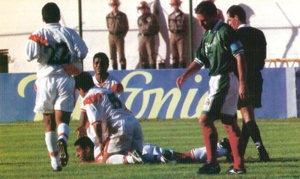 El festejo con Solano luego del tercer tanto peruano. Difícilmente, esta escena se habría prolongado en semifinales (Foto: revista Don Balón Perú)