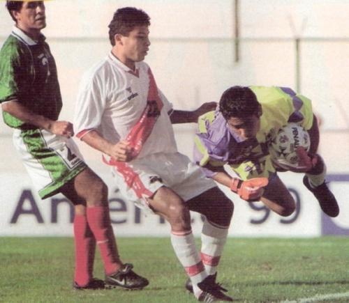 Ysrael Zúñiga arremete ante el arco de Campos. 'Cachete' era una de las mayores promesas del ataque nacional por entonces (Foto: revista El Gráfico Perú)
