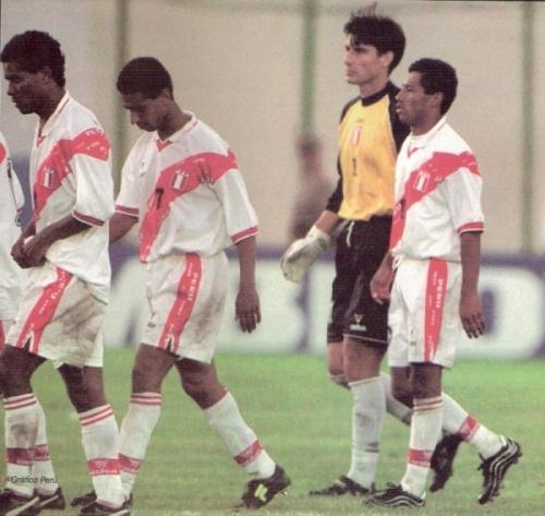 Solano y Palacios, entre otros, salen cabizbajos del campo luego de la derrota. ¿Seguirían siendo amigos hoy si Oblitas se hubiera quedado? (Foto: revista El Gráfico Perú)