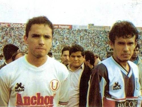 Con Roberto Martínez, como los dos capitanes del último clásico que jugó con Alianza, el 12 de setiembre de 1992 en Matute (Foto: revista Estadio)