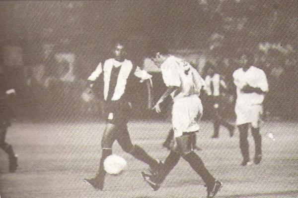 Jugando por primera vez con la 'U' frente a su ex club, en abril de 1993. Acá sale ante la marca de Marco Valencia (Recorte: revista Estadio)