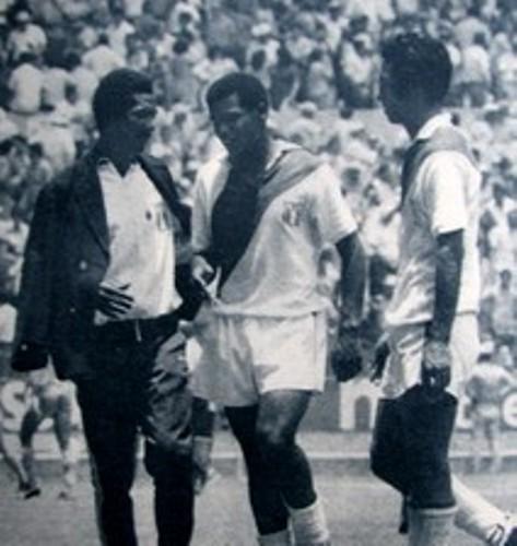 Didí conversa con Cubillas antes del partido en Guadalajara. A la derecha, Nicolás Fuentes (Foto: om4ever.com)