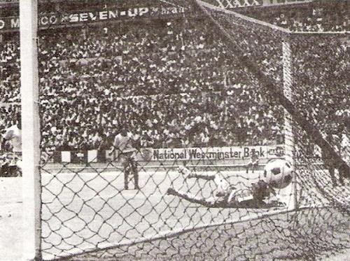 Gallardo puso así, con tiro cruzado, el primer descuento para Perú (Foto: libro 'Goles con Historia', Teodoro Salazar Canaval)