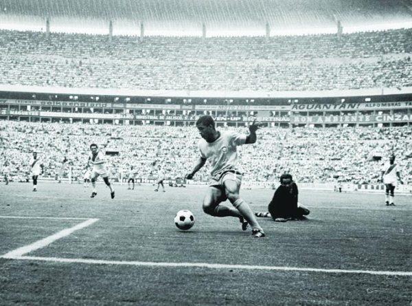 Jairzinho driblea a Rubiños para poner el cuarto. Si Brasil no hubiera ganado ese día, el veloz puntero no tendría tan grato recuerdo en la historia del 'Scratch' (Foto: taringa.net)